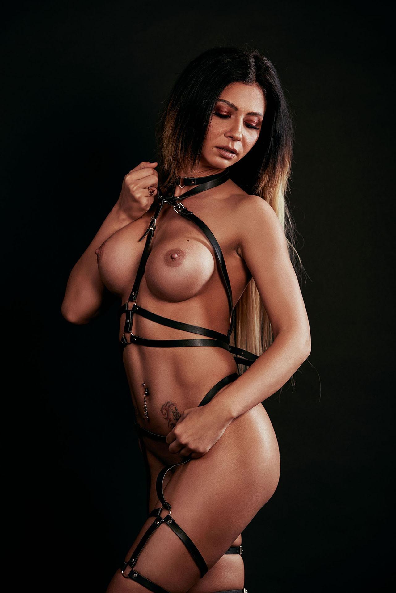 Fotograf nud; boudoir; daretoboudoir; dare to boudoir; shooting; nude; implied; published; fotograf nud; fotograf boudoir; studio; lenjerie; nud; retouch; monochrome; fotograf bucuresti; topless